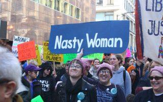 Chicago Women's march 2017. In 2016 noemde president Donald Trump Hillary Clinton tijdens het laatste presidentiële debat een 'nasty woman'.